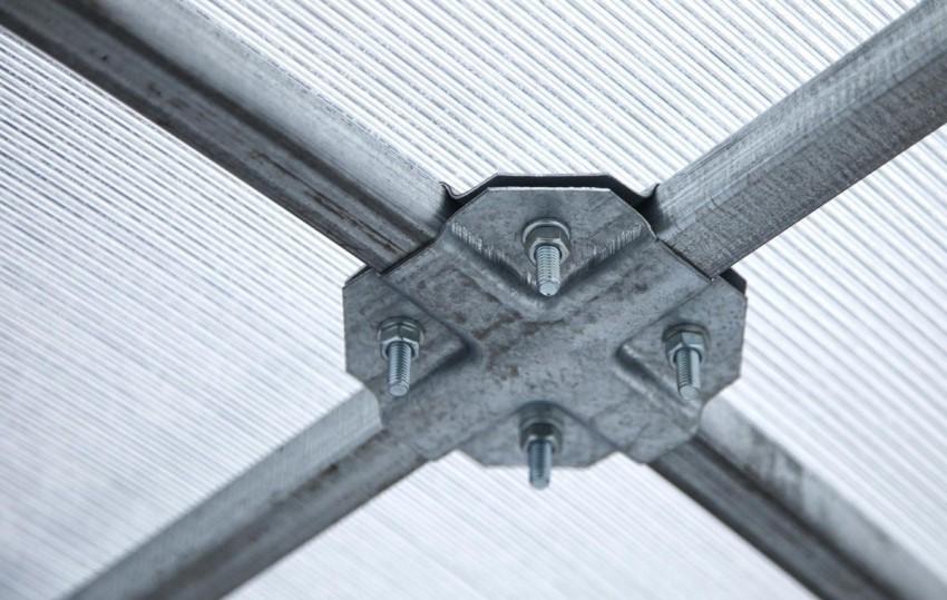parniki-iz-polikarbonata-foto-razmery-i-tseny-konstruktsij-9876544567-9876445678899