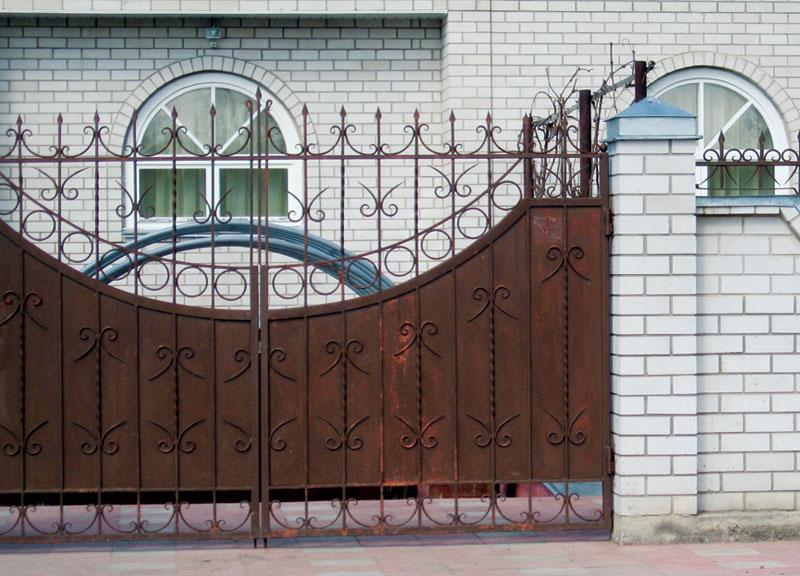 kak-pokrasit-metallicheskij-zabor-obzor-krasok-sovety-po-pokraske-1