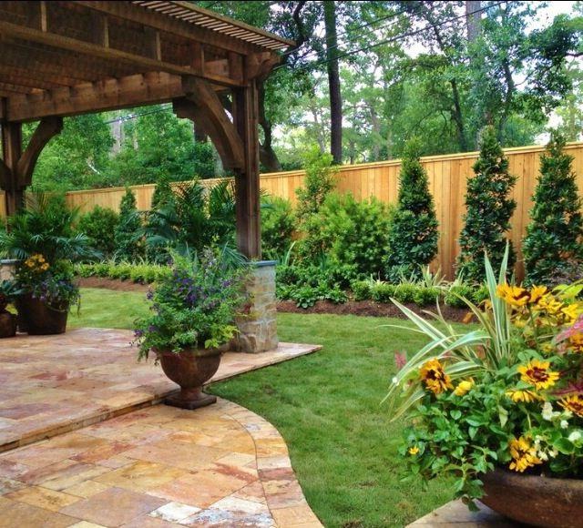 Ландшафтный дизайн двора с беседкой